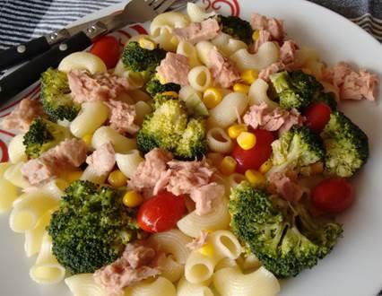 Ensalada de pasta con brócoli y atún